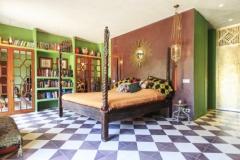 Dormitori estilo rural con baldosas hidraulica