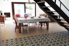 Salón con cocina abierta de suelo hidráulico